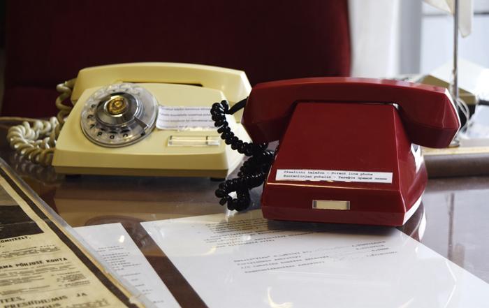 Kuuma linja suoraan Kremliin. Punainen puhelin tuo mieleen vuosien 1970-80 James Bond -elokuvat.