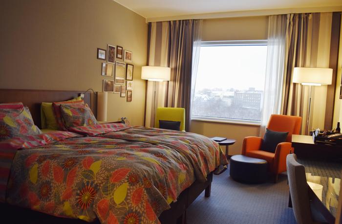 Estorian huoneissa ei ole värejä säästelty. Mukavuuteen on panostettu paljon, esimerkiksi kaikissa vuoteissa on ihon pintaverenkiertoa parantavat muhkeat patjat.