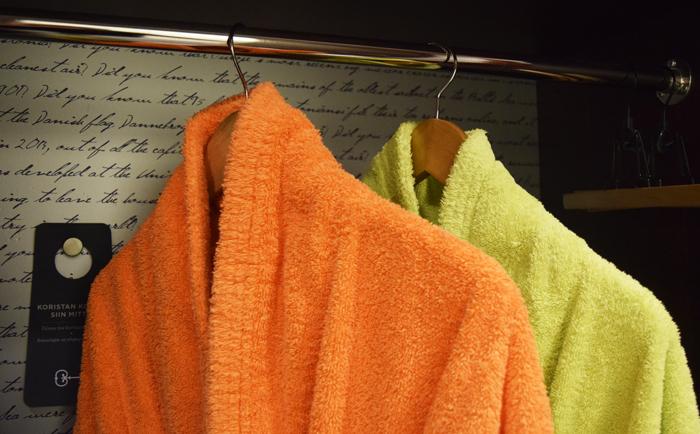 Huoneen värimaailma jatkuu useitta yksityiskohdissa kuten kylpytakkien ja aamutossujen väreissä.