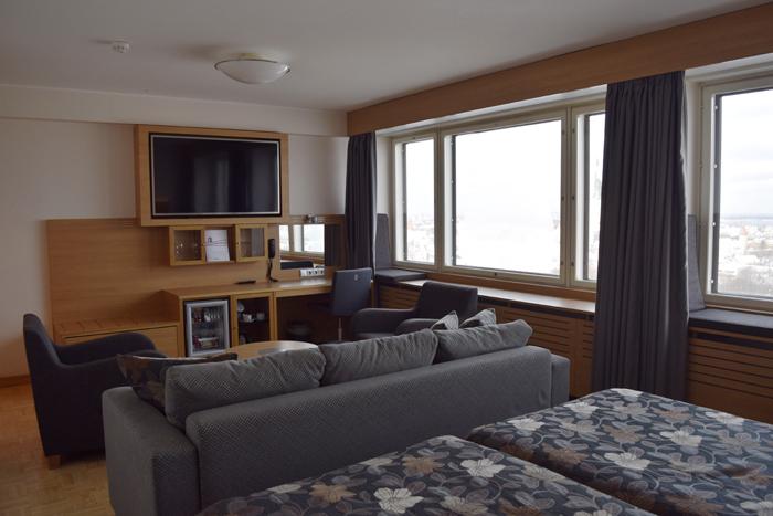 Virun juniorsviitin sisustus on tyyliltään hyvin skandinaavinen. Oma sauna ja oleskelutila tekevät huoneesta rennon ja viihtyisän.