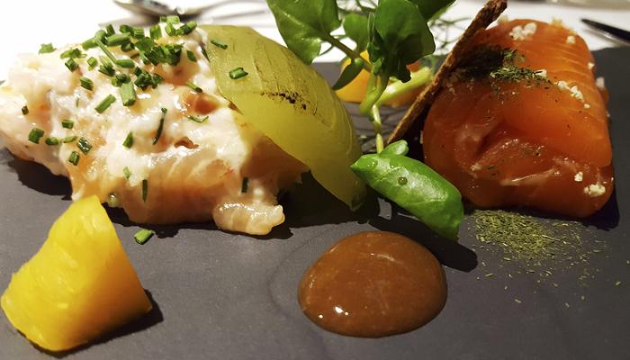 Merellisyys ja puhdas luonto näkyvät myös lautasella. Tässä Viking Gracen Oscar à la Carte -ravintolasta annos, jossa kevyesti savustettua nieriää, katkaraputartar, hiillostettua kurkkua, pikkelöityä keltajuurta sekä äyriäiskastiketta.