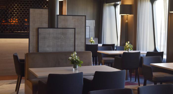 À la carte -ravintola The Chef's Table on yhtaikaa intiimi ja valoisa. Tyylin viimeistelevät selkeät pystysuorat elementit.