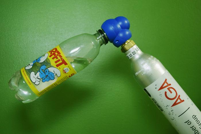 BubbleCapin avulla normaalit muoviset virvoitusjuomapullot saa liitettyä suoraan kaasupulloon.