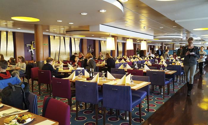Buffet-ravintola Bistro Bella on värikäs, rento ja viihtyisä. Uusien linjastojen ansiosta jonot pysyvät maltillisina, vaikka kattaus olisi loppuunmyyty.
