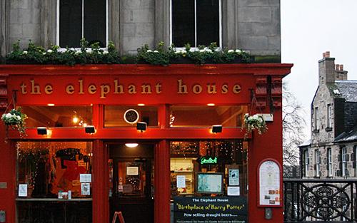 Täältä alkoi nyky-kirjallisuuden kuuluisin tuhkimotarina. The Elephant Housessa pennitön yksinhuoltaja J.K. Rowling kirjoitti kahta ensimmäistä Harry Potter -kirjaansa.
