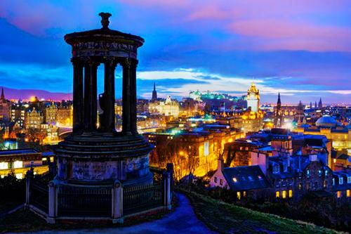 Iltavalaistus maalaa Edinburghista postikorttimaisen kauniin.