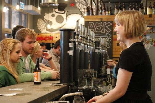 Sadat erilaiset ravintolat, kahvilat ja baarit tarjoavat loputtomasti elämyksiä ja välitöntä tunnelmaa.