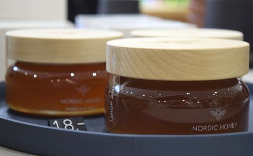 Virolainen artesaanihunaja on pakattu puukannella suljettavaan näyttävään lasipurkkiin.