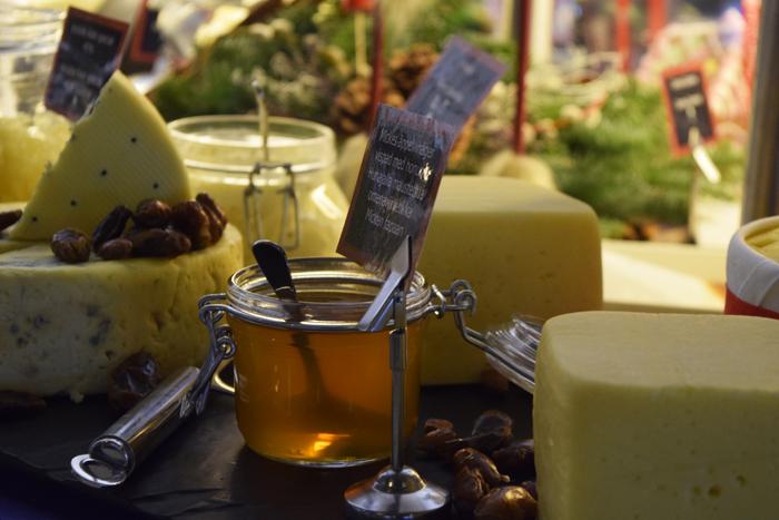 Juustopöydästä löytyy muun muassa ruukkujuustoa, Kvibille Ädel Special 45 % -juustoa, Kastellholm-juustoa ja cheddarjuustoa.