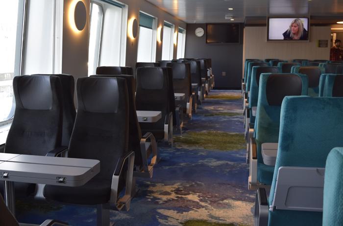 Sitting Loungen istuimet tuovat mieleen junamatkustamisen. Jokaisella istuimella on työtilaa sekä sähköpistoke.