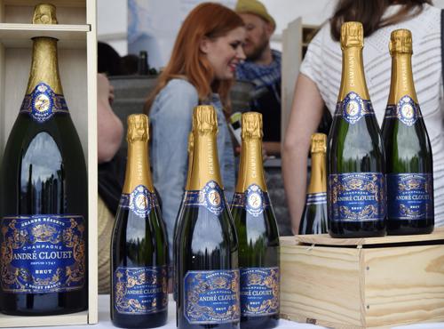 André Clouet -samppanjabaarin sisustus ja tunnelma saa hyvälle tuulelle.