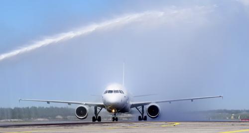 Kahdesta paloautosta ammuttiin koneen ylle yhteensä 25 000 litraa vettä valtavalla paineella vain 2,5 minuutissa.