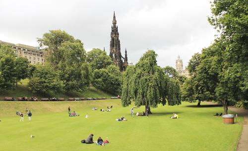 Viehättävä Princes Street Gardens houkuttelee piknikille.