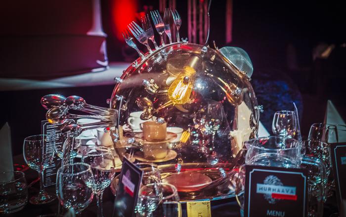 Salin valaistuksesta vastaa Aigars Ozoliņ̧š. Jokaisen pöydän yläpuolella roikkuva lamppu on uniikki.